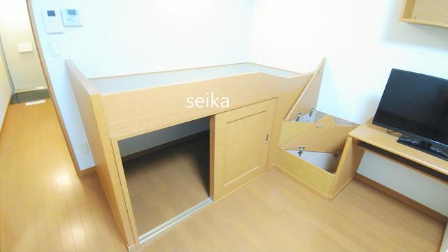 造り付ベット、ベット上は就寝スペースとして、ベット下は収納スペースになっています。