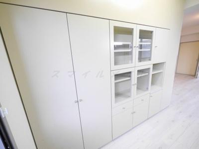 キッチンの後ろの収納です。食器もたくさん収納できます。