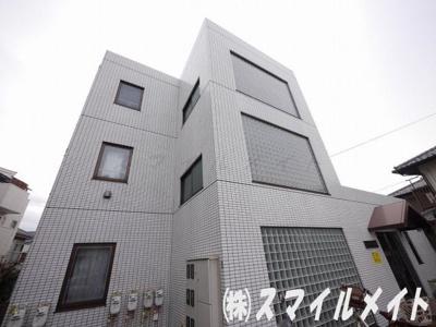 横浜本牧の閑静な住宅街に佇む3階建ての低層マンションです。