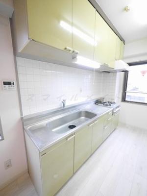ガスコンロ2口持ち込みタイプの広々キッチンです。