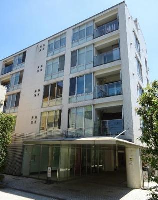 駒沢通り沿いに佇む6階建てのマンションです