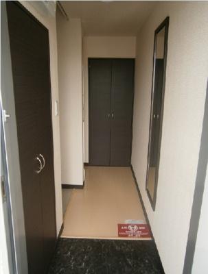 玄関にはシューズボックスや姿見が有ります。