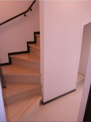 内階段で2階へ上がります。