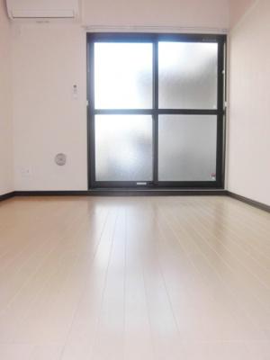 1階洋室、1階はフローリングです。