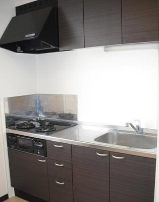 3口ガスコンロ、グリル付きでキッチンスペースもあってお料理がラクラクです。