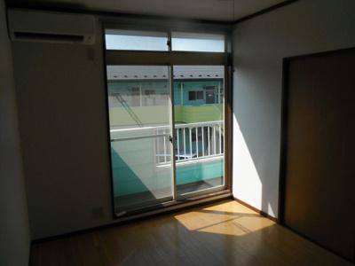 日当たり良好!天井までの窓で風通しも良さそう。