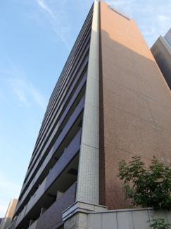 タイル張りの外観は汚れにくいのが特徴です。プレサンスNAGOYA桜通ビッグビート