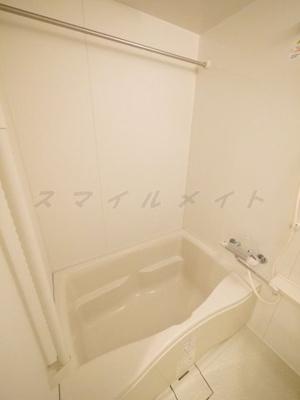 一日の疲れをとる清潔感のある広々バスルームです。