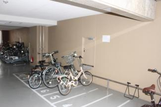 雨に濡れない自転車置き場は便利です。