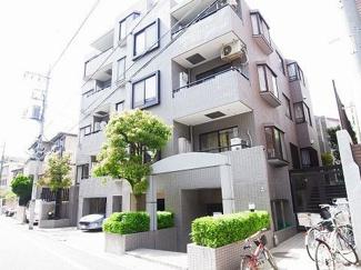 世田谷区野沢2丁目 リノベーションマンション ソルクレスト野沢 緑もあり綺麗な外観です。