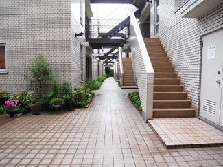 世田谷区若林1丁目 リノベーションマンション 中銀若林マンシオン エントランスをくぐると奥行きがあるのがわかります♪