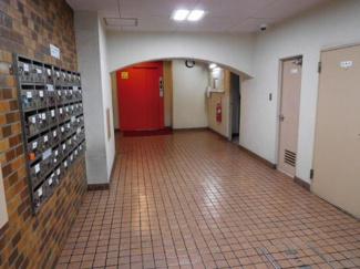 大田区西蒲田7丁目 リノベーションマンション 西蒲田ファミリーマンション302 こちらもエントランスです。奥にエレベーターがあります。
