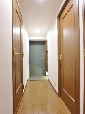 玄関照明は人感式で無人の時は消灯します
