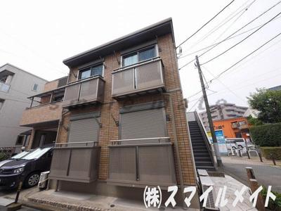 タイル張り外観の二階建てアパートです。