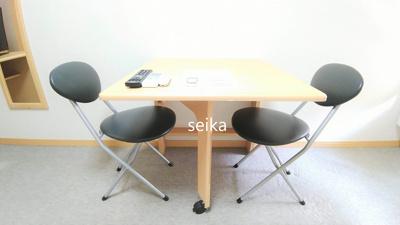 折り畳み式テーブルや椅子等が付いています。
