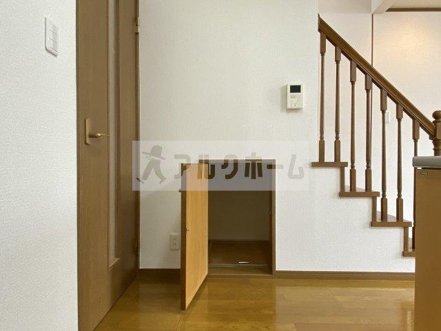 ちなみに階段下には小さな収納スペース