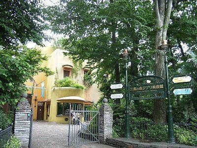 お散歩コース 三鷹駅南口から玉川上水を東に歩くと、井の頭自然文化園(動物園)恩師公園、ジブリの森美術館があります。