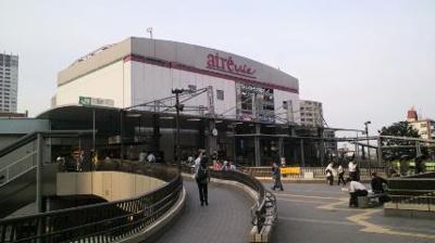 三鷹駅南口 駅ビルには多くのお店がございます。