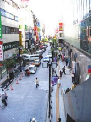 中央通り商店街 日曜日は歩行者天国となり賑わいます。 阿波踊り、お御輿などのお祭りのメインストリートです。