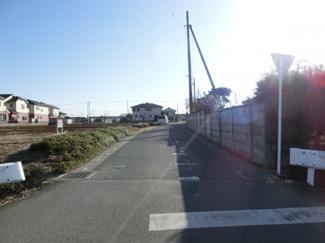 北西側の前面道路の写真です。左側が物件になります。