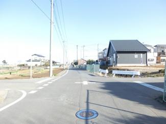 道路と土地との間に水路があり、接道していないため、土地図には記載はありませんが北東側の道路の写真です。右側が物件です。