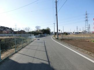 北東側の道路の写真です。左側が物件です。