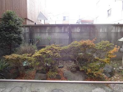岡本ハイツ 洋室側の窓からの景色です