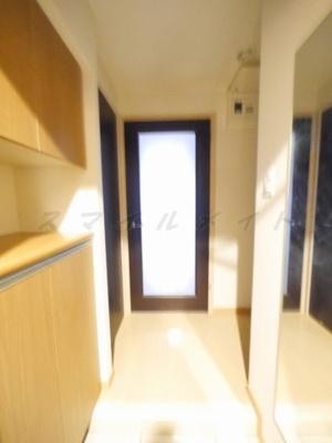 広々とした明るい玄関・シューズボックス・姿鏡付きです。