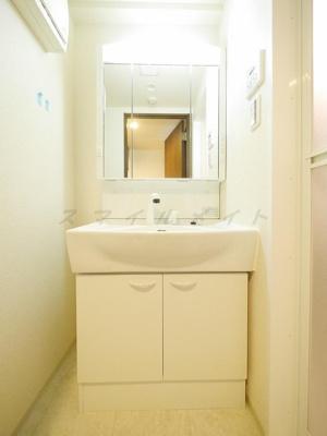 三面鏡・シャンプードレッサー付き・綺麗な独立洗面所です。