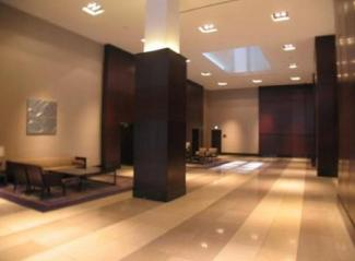 WコンフォートタワーズWest棟1階エントランスは吹き抜けになっており、高級感がございます。
