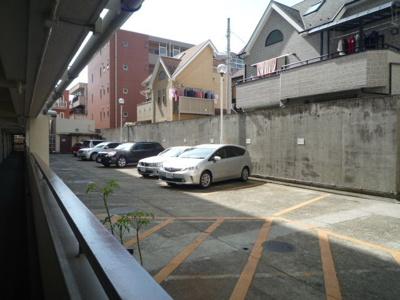 駐車場は空き確認が必要です。