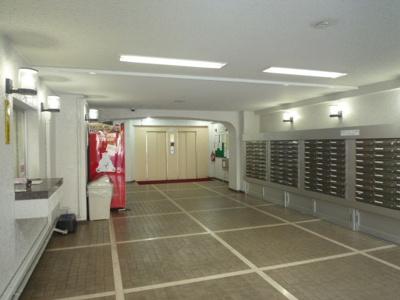 エントランスホールです。メールボックス、管理人室、掲示板があります。
