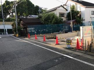 東京都世田谷区若林4丁目新築戸建 2号棟 前面道路を含んだ写真となります。