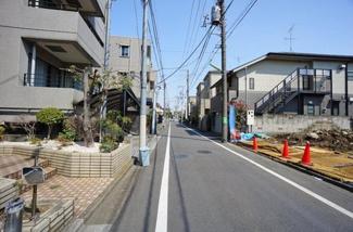 東京都世田谷区羽根木2丁目新築戸建 C号棟 前面道路は5.3mと広く、車の出し入れ等も余裕をもって行うことができます。
