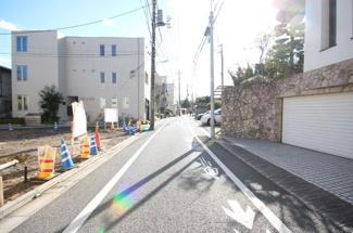 東京都世田谷区羽根木1丁目新築戸建 2号棟 広い道路で交通量も少ないので、小さなお子様がいても安心してお住まいいただけます。