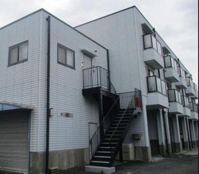 【外観】堺市美原区。駐車場も備えた一棟収益アパート