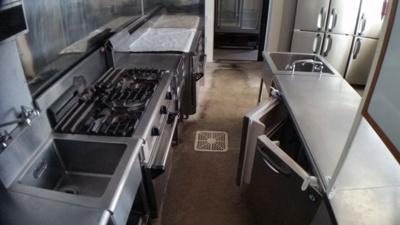 厨房設備(冷蔵庫、コンロ一式設備が整っています。)