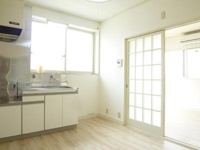 キッチンの窓は調理時の換気の手助けとなり、昼間は手元を照らす光となってくれるのでとても便利です!