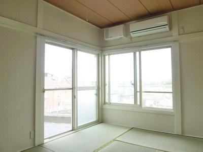 こちらも2面採光の6帖和室