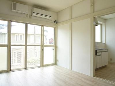 大きな窓で開放感のある6帖洋室