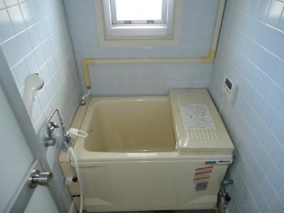 浴室に窓が付いているので明るく清潔感あり