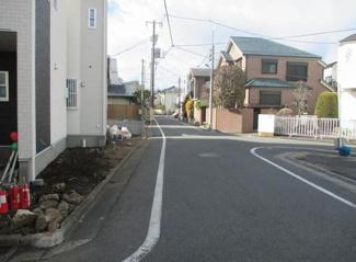 東京都大田区南久が原1丁目新築戸建 E号棟 前面道路は交通量も少なく5.4mと広いので、駐車も楽々で小さなお子様がいても安心してお使いいただけます。