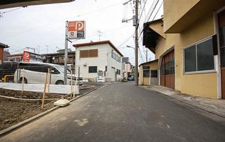 東京都大田区西六郷2丁目新築戸建 2号棟 前面道路は幅が4.55mあります。駐車するのも余裕がありますね。