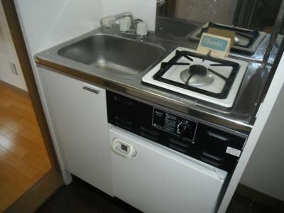 1口ガスコンロとミニ冷蔵庫が付いたキッチンです。