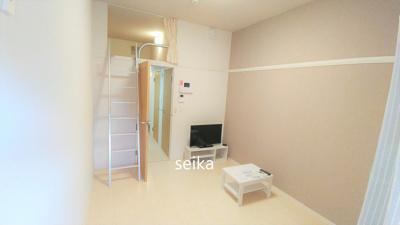 テレビ、ローテーブル、カーテンがつきます