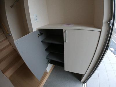シューズボックスです。上に雑貨など飾るスペースもあります。