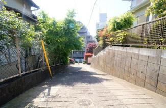 東京都世田谷区代沢2丁目A区画売地 南側の私道です。幅員が約4.0mです。