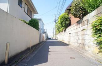 東京都世田谷区代沢2丁目A区画売地 東側の公道です。幅員が約4.0mです。