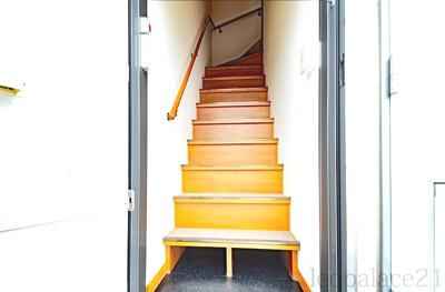 2階のお部屋へは、内階段を上ります。※同タイプ室内
