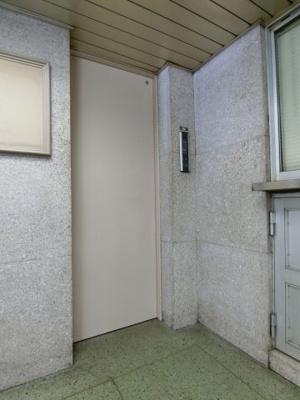 管理人室横にはエレベーターがございます。